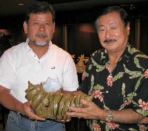 ハワイ広島県人会代表ベン氏に<br>陶芸交流を記念して作品贈呈/2011